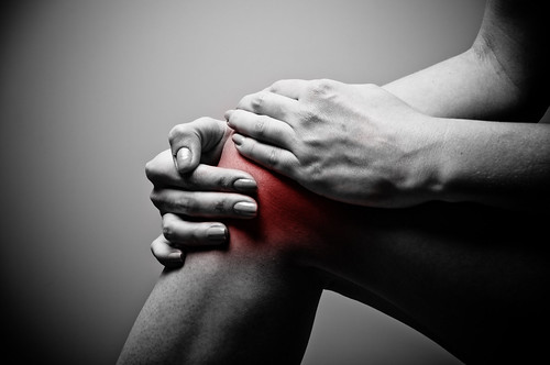 injured knee highlighted in red